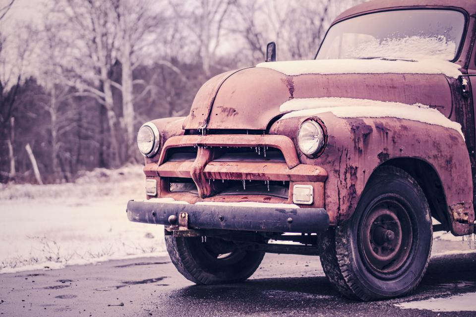 לפלישה יש מחיר. משאית ישנה בחניון צילום: StockSnap.io