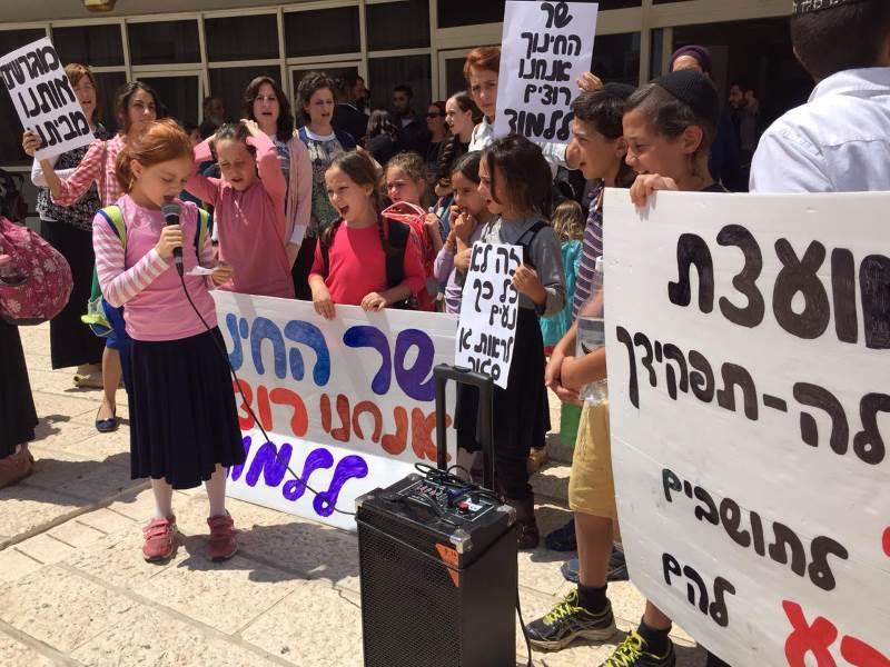 לממש את הזכות. תלמידות בית הספר בהפגנה|צילום: פרטי