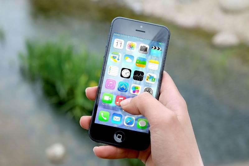 היישומון מוצע להורדה במכשירי אנדרואיד ו- IOS ללא עלות תחת השם 'נט-המשפט'. בתמונה: טלפון נייד חכם | צילום המחשה: www.pixabay.com