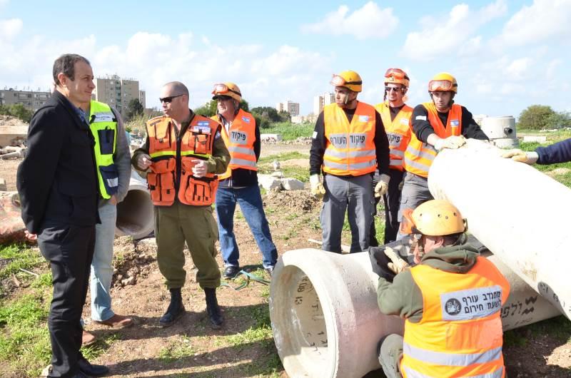 גם ראש עיר זכאי להגנה. שמעון לנקרי בתרגיל|צילום: עיריית עכו
